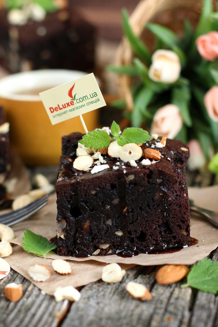Фото шоколадного брауни с орехами